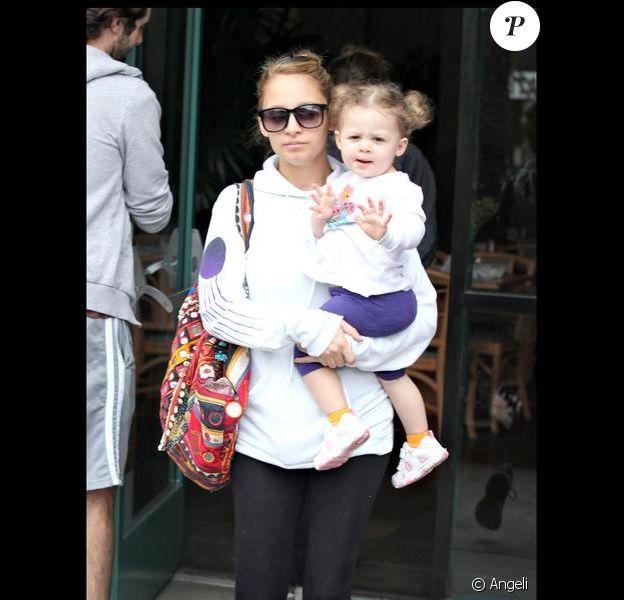 Nicole Richie et sa fille Harlow prennent leur petit déjeuner à Studio City en Californie le 11 octobre 2009