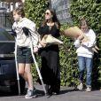 Exclusif - Angelina Jolie est allée acheter des fleurs avec ses enfants Shiloh et Vivienne dans le quartier de Los Feliz à Los Angeles. Shiloh marche difficilement à l'aide de béquilles. Le 8 mars 2020.