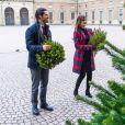 Exclusif - La princesse Sofia de Suède (enceinte) et le prince Carl Philip de Suède lors de la distribution des arbres de Noël au palais royal de Stockholm. Le 16 décembre 2020