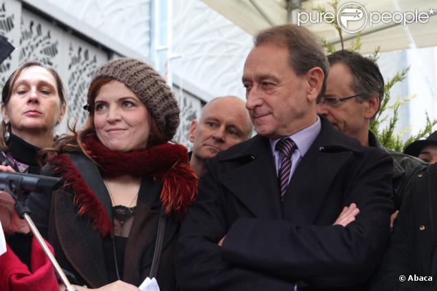 Agnès Jaoui et Bertrand Delanoë lors de l'inauguration de la place et du square Léo Ferré. Paris, le 24 octobre 2009