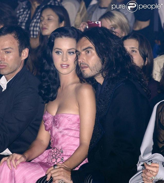 Katy Perry et son boyfriend l'humoriste Russell Brand sont très complices lors du défilé John Galliano - printemps été 2010 - lors de la Fashion Week à Paris le 7 octobre 2009