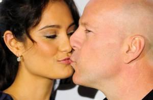 Bruce Willis et sa ravissante femme Emma Heming s'embrassent... devant une divine Bar Refaeli !