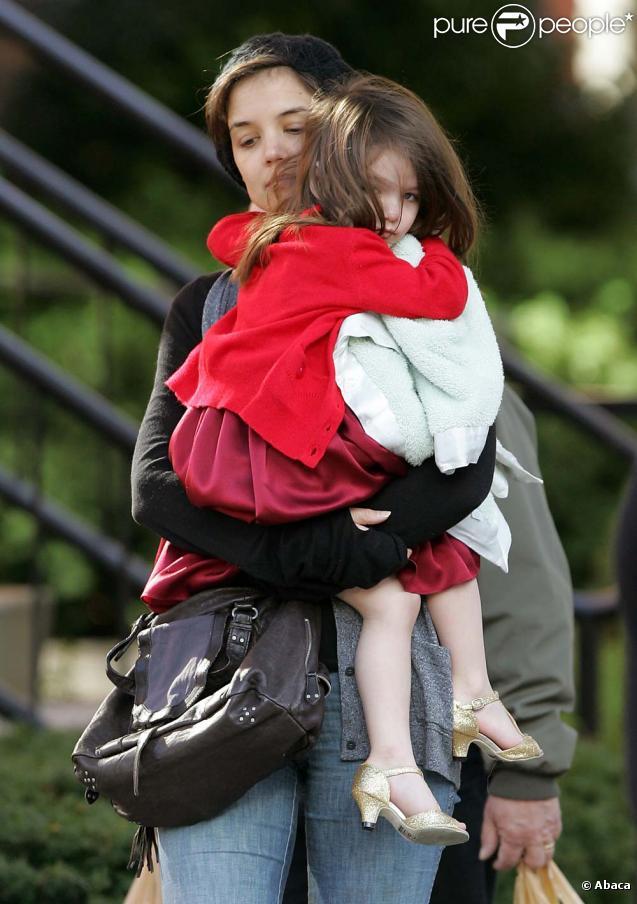 Suri Cruise et Katie Holmes dans les rues de Boston, avant de rejoindre Tom sur le plateau de son nouveau film ! Le 26/10/09