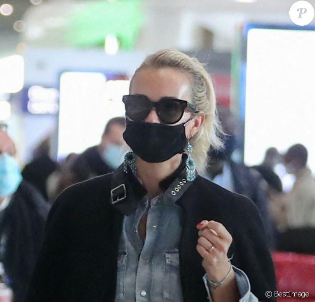 Exclusif - Laeticia Hallyday est à l'aéroport de Roissy-Charles-de-Gaulle pour prendre un vol à destination de Los Angeles. Après un voyage éclair à Paris pour des rendez-vous importants, elle rentre à Los Angeles pour arriver à temps pour fêter son anniversaire le lendemain. Elle est accompagnée de Carl, son chauffeur.