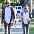 Ashley Tisdale, son mari Christopher French et leur petit chien Maui, déguisés en requin, arrivent à une fête d'Halloween à Los Angeles, le 31 octobre 2018.