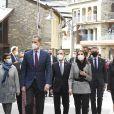"""Le roi Felipe VI d'Espagne et la reine Letizia d'Espagne visitent l'école """"Maria Moliner"""" lors de leur visite officielle en Andorre, le 26 mars 2021."""