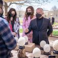 Le roi Abdullah de Jordanie et la reine Rania visitent le marché de rue du programme Productive Youth Initiative, à Amman, le 30 mars 2021.