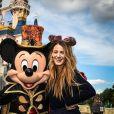 Blake Lively avec Mickey à Disneyland Paris le 21 septembre 2018. © Disneyland Paris via Bestimage