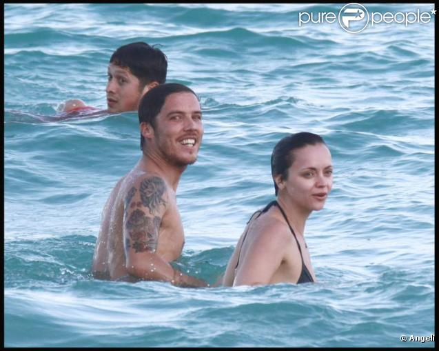 Christina Ricci et son amoureux se la coulent douce à Miami... Le 31/10/09