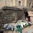 Les Britanniques viennent rendre hommage à la mémoire du Prince Philip devant le château de Windsor, après l'annonce de son décès à l'âge de 99 ans. Le 9 avril 2021.