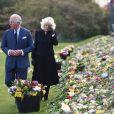 Le prince Charles, prince de Galles et la duchesse de Cornouailles Camila Parker-Bowles passent en revue les hommages au prince Philip dans les jardins de Marlborough House à Londres le 15 avril 2021.