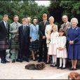 Le prince Andrew, le prince Charles, le prince Harry, le prince Edward, la princesse Anne, le prince William, Zara Phillips, la princesse Beatrice, la princesse Eugenie, le prince Philip et la reine Elizabeth à Balmoral en 1999.