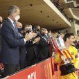 Le roi Felipe VI d'Espagne remet le trophée à Lionel Messi à la fin de la finale de la Coupe du Roi oppossant le FC Barcelone à l'Athletic Bilbao au stade La Cartuja à Séville, Espagne, le 17 avril 2021. © Jack Abuin/Zuma Press/Bestimage