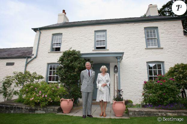 Le prince Charles et son épouse Camilla dans leur cottage de Llwynywermod, au pays de Galles, en 2009.