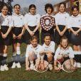 Kate Middleton avec l'équipe de tennis de l'école St Andrew (photo de l'album de 1995, sa dernière année, à 13 ans), où elle fut scolarisée de 1986 à 1995. Elle est restée dans les annales comme une grande championne, douée pour tous les sports !