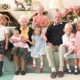 Elizabeth II, son mari le prince Philip et leurs arrières-petits-enfants au château de Balmoral en 2018. Photo dévoilé sur Instagram en avril 2021.