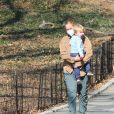 Exclusif - L'actrice américaine de 39 ans, Amy Schumer et son mari Chris Fisher profitent d'une journée ensoleillée au parc avec leur fils Gene à New York, le 10 mars 2021.
