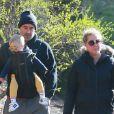 Amy Schumer et son mari Chris Fischer se promènent au parc à New York avec leur fils Gene Attell, en pleine épidémie de coronavirus (Covid-19) et malgré l'ordre de confinement lié au virus, le 22 mars 2020.