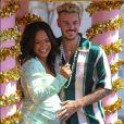"""Christina Milian, enceinte, et son compagnon M Pokora (Matt) font la promotion de la marque """"Beignet Box"""" de Christina sur un char lors d'une parade à Los Angeles"""