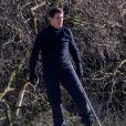 """Tom Cruise sur le toit d'un train en mouvement pendant le tournage d'une scène du film """"Mission Impossible 7"""" dans le Yorkshire, Royaume Uni, le 22 avril 2021."""