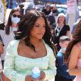 """Christina Milian, enceinte, et son compagnon M Pokora font la promotion de la marque """"Beignet Box"""" de Christina sur un char lors d'une parade à Los Angeles le 10 avril 2021."""