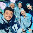 Kev Adams, ici photographié avec Michael Jones, Florent Pagny, Kad Merad, Philippe Lacheau et Christophe Mae. Janvier 2021.