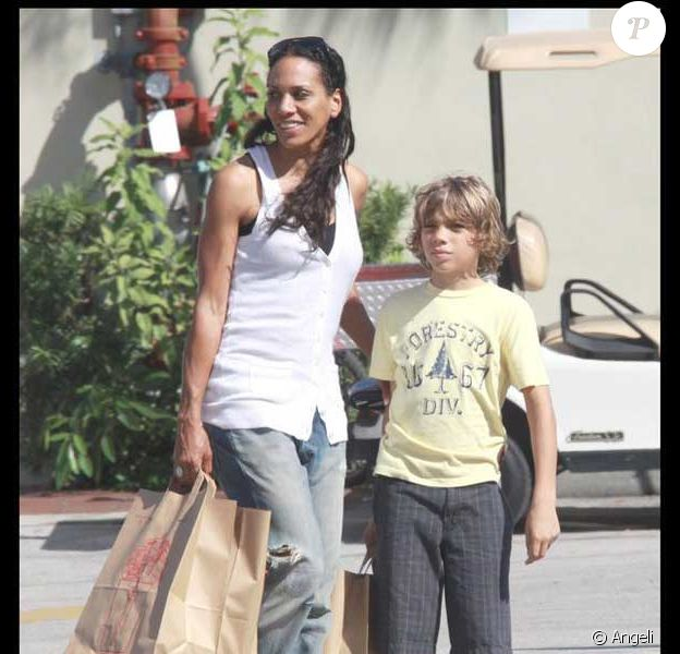 Barbara Becker et son fils Elias dans un supermarché à Miami Beach