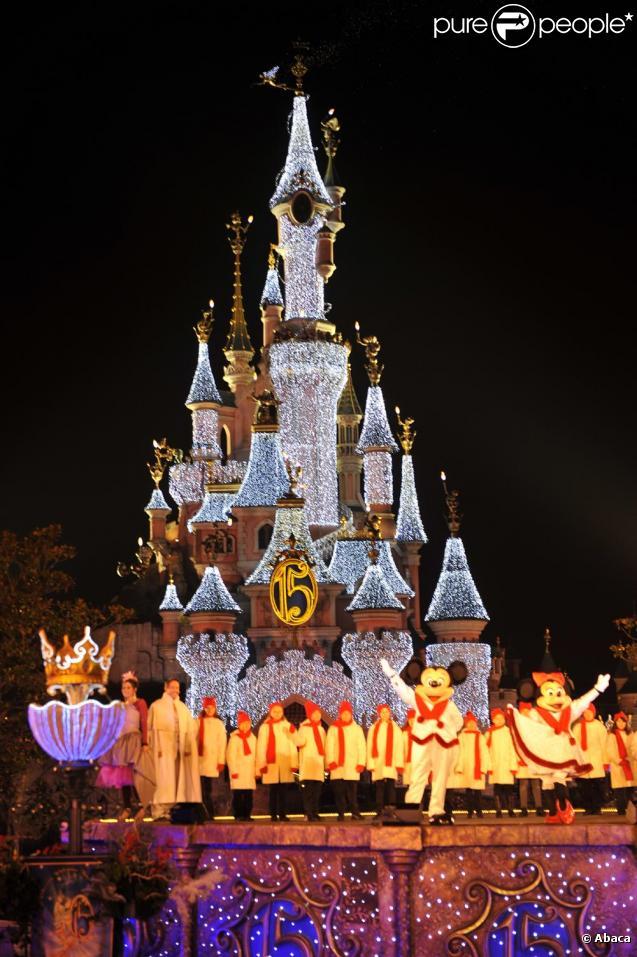 20 - Noël........comme vous l'entendez.....photos reçues !!! - Page 3 312480-illumination-a-disneyland-paris-pour-637x0-1