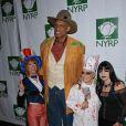 Kareem Abdul Jabbar entouré de Bette Midler, Gloria Estefan et Kathy Griffin lors de Halloween 2008