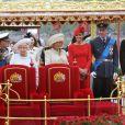 La reine Elizabeth célèbre son jubilé de diamant à Londres le 3 juin 2012 avec le prince Charles, le prince Philip, Camilla Parler Bowles, Kate Middleton, le prince William et le prince Harry.