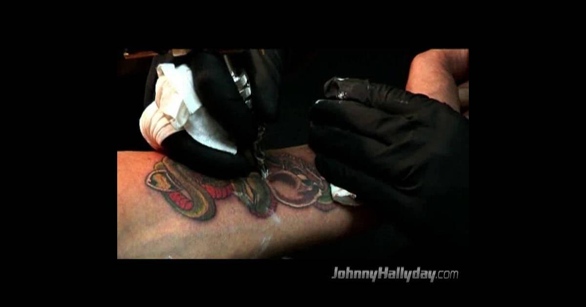 Vid o johnny se fait tatouer en live purepeople - Tatouage larme sous l oeil ...
