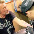 Johnny se fait tatouer en live...