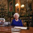 La reine Elisabeth II d'Angleterre enregistre sa diffusion annuelle de Noël au château de Windsor, dans le Berkshire le 24 décembre 2019. Comme on peut le constater sur son bureau, il n'y a aucune photo de son petit-fils le prince Harry en famille ni même de photo de son fils le prince Andrew duc d'York.