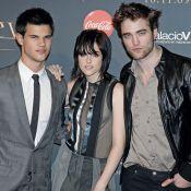 Kristen Stewart dans une tenue sexy très transparente... avec Robert Pattinson et Taylor Lautner !