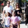 Cindy Crawford, son mari Rande Gerber emmènent leurs enfants Kaya et Presley au Starbucks avec une copine de Kaya le 15 novembre 2009 à Malibu