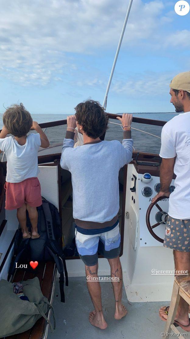 Jérémy Frérot un ami et son fils Lou sur un bateau en pleine mer, le 23 août 2021.
