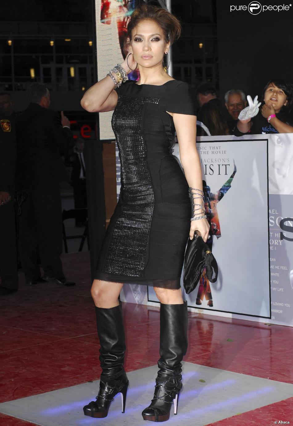 Jennifer Lopez en bottes et robe noire  une véritable femme fatale sur  tapis rouge