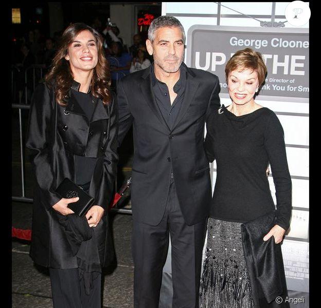 George Clooney entouré d'Elisabetta Canalis et Nina Warren lors de la première du film In the air à Los Angeles le 30 novembre 2009