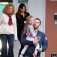 Violet Affleck n'est pas un peu grande pour encore être dans les bras de son papa ? (30 novembre 2009)