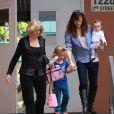 A l'école, Violet a eu plein de cadeaux : trop cool d'avoir 4 ans ! Toute la famille est là pour la raccompagner  à la maison. (1er décembre 2009)