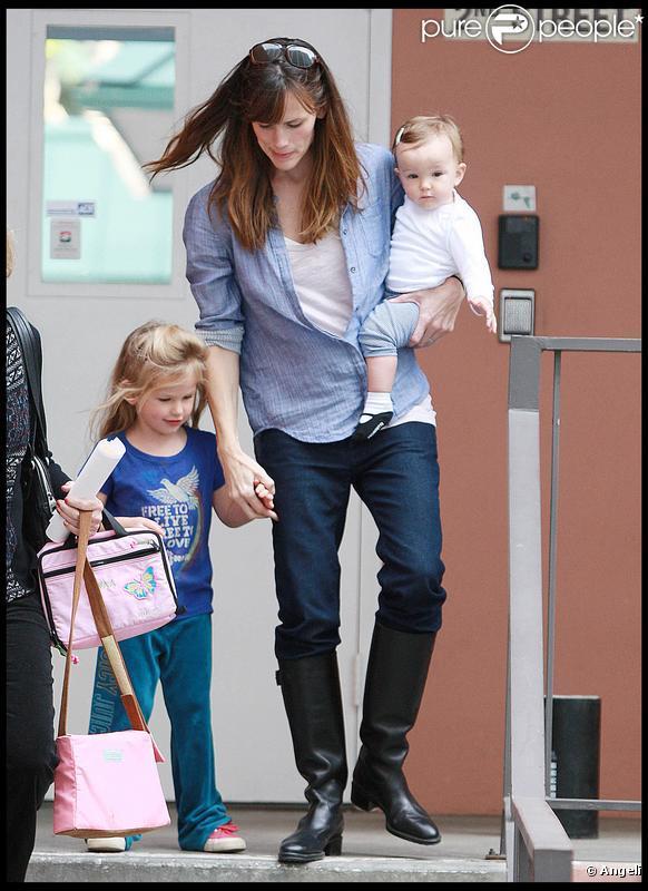 Violet fête son anniversaire avec sa petite soeur et sa maman ! (1er décembre 2009)