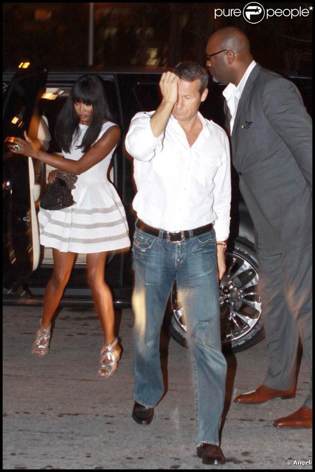 Naomi Campbell et son chéri Vladislam Doronin se rendent à l'hôtel-restaurant  W  à Miami, mercredi 2 décembre.