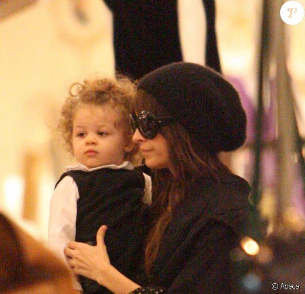 Nicole Richie et sa fille Harlow faisant du shopping à Los Angeles, le 14 décembre 2009