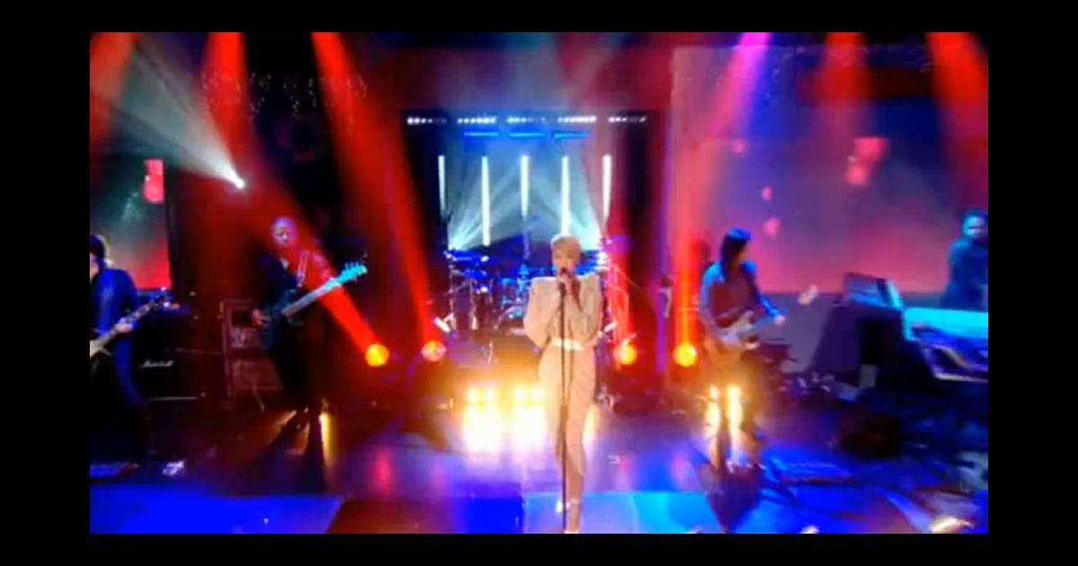 Rihanna russian roulette live pop stars