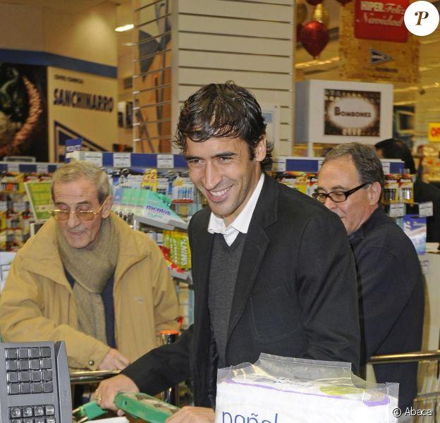 Raul, le footballeur du Real Madrid, surpris au supermarché achetant des couches il y a quelques jours, pour sa petite Maria née au début du mois.