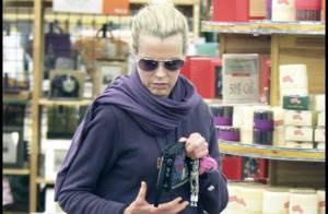 Quand la superbe Kim Basinger est en shopping à Los Angeles... c'est en mode incognito !