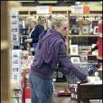 La très charmante Kim Basinger, à l'occasion d'une petite séance de shopping au Cost plus World de Los Angeles, le 21 décembre 2009.