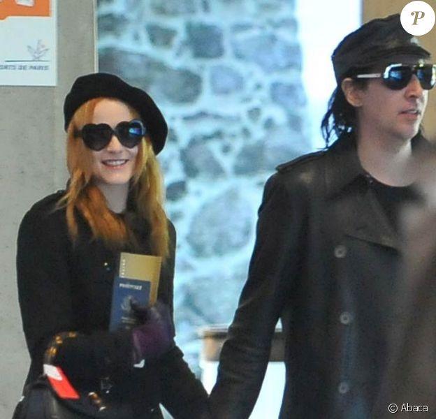 Marilyn Manson et sa petite amie Evan Rachel Wood arrivent à Roissy Charles de Gaulle à Paris en décembre 2009