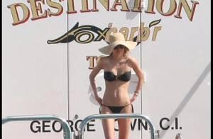 La superbe Miranda Kerr joue la sirène sur la plage... pour les beaux yeux de son Orlando Bloom et Jason Statham !