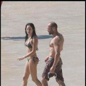 Jason Statham avec sa chérie sur une plage paradisiaque de St-Barth'... Quel pied !